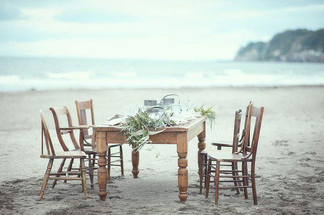 テーブルと椅子を持ち出して、いつもよりフォーマルな気分のピクニックに。 海岸は風が強いことが多く砂浜の砂が舞いやすいので、ピクニックシートなどよりも、テーブルと椅子のスタイルの方が安心。リビングから家具を運び出すのが大変なら、アウトドア用の折り畳みのものでも良いと思います。その場合はテーブルクロスや食器などにちょっと良いものをそろえて、フォーマル感を出すようにすると、ウエディングらしい特別感を演出できます。 #mihohanji #海 #テーブルコーデ #シャビー #コンセプトウエディング #ウエディングドレス #プレ花嫁 #wedding#weddingdress #bride #ラブーシュカ #結婚式 #オリジナルウエディング #会場装飾 #手作りアイテム #ウェディング #結婚式準備 #花嫁 #卒花 #ウエディングドレス #ウェディングドレス #ロケーションフォト #日本中のプレ花嫁さんと繋がりたい #日本中の卒花嫁さんと繋がりたい #ゼクシィ