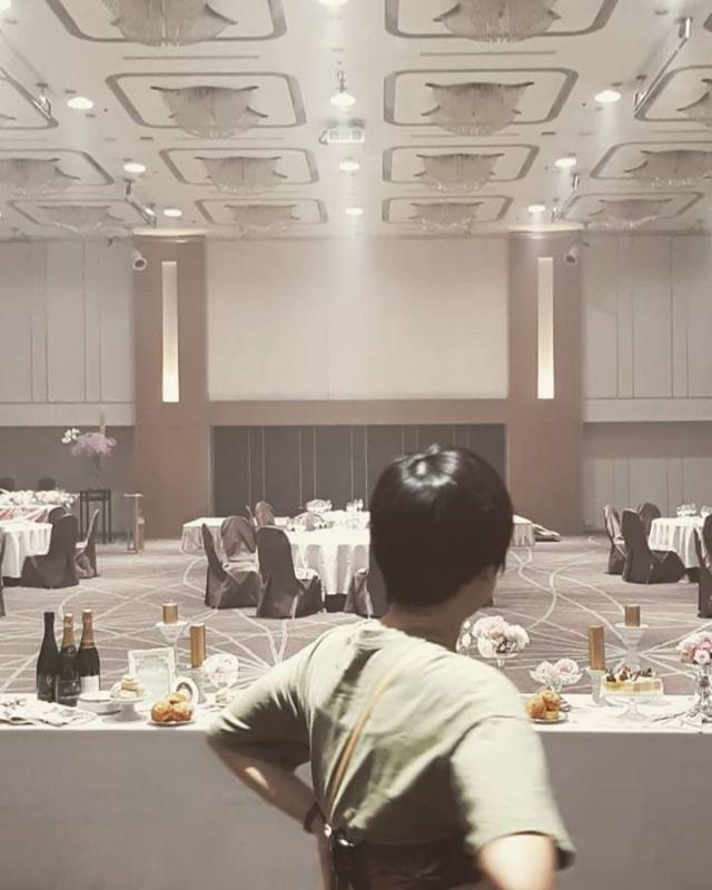 ポツンと高砂装飾中。広いのに誰もいない。.オリジナルウエディングはお任せください。 #ラブーシュカウエディング#コンセプトウエディング#プレ花嫁#wedding#weddingdress#bride#結婚式#オリジナルウエディング#会場装飾#手作りアイテム#ウェディング#結婚式準備#花嫁#和婚 #ウエディングドレス#ウェディングドレス#軽井沢 #群馬 #日本中のプレ花嫁さんと繋がりたい#日本中の卒花嫁さんと繋がりたい#ゼクシィ#loveshka #loveshka_wedding