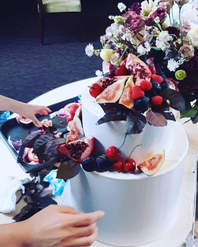 ウエディングケーキをデコレーション中!オリジナルウエディングはお任せください。 #ラブーシュカウエディング#コンセプトウエディング#プレ花嫁#wedding#weddingdress#bride#結婚式#オリジナルウエディング#会場装飾#手作りアイテム#ウェディング#結婚式準備#花嫁#卒花#ウエディングドレス#ウェディングドレス#軽井沢 #日本中のプレ花嫁さんと繋がりたい#日本中の卒花嫁さんと繋がりたい#ゼクシィ#loveshka #loveshka_wedding