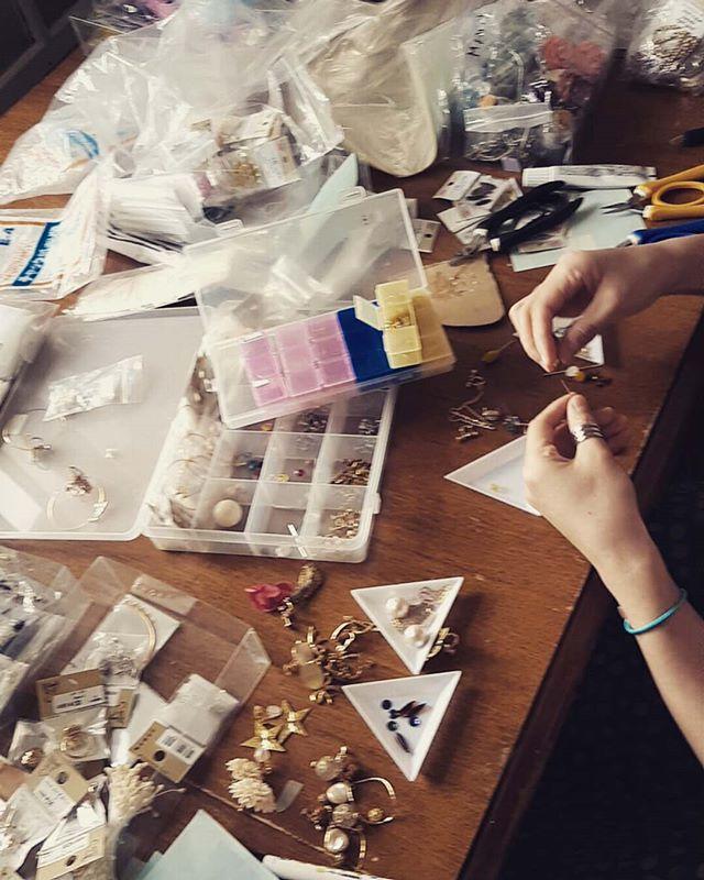 パーツの整理ービンテージから現行品まで色んなパーツを持ってるので、整理しました。うーん、大変。ついでにアクセサリーをいくつか作ったよ^- 会場装飾、ウエディング撮影はお任せください。 #ラブーシュカウエディング#コンセプトウエディング#プレ花嫁#wedding#weddingdress#bride#結婚式#オリジナルウエディング#会場装飾#手作りアイテム#ウェディング#結婚式準備#花嫁#卒花#ウエディングドレス#ウェディングドレス#ロケーションフォト#日本中のプレ花嫁さんと繋がりたい#日本中の卒花嫁さんと繋がりたい#ゼクシィ#loveshka #loveshka_wedding