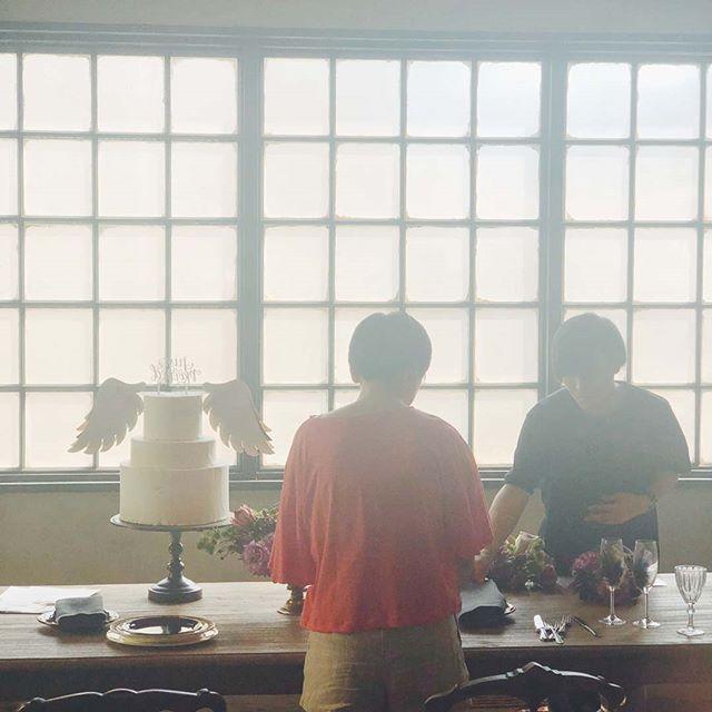 撮影中ー。/羽の席札DIY。ゼクシィアプリにて連載中です。https://zexy.net/article/app001910004/.超ビギナー専用】花嫁の手作り『フォトジェニック』IDEA ~NOVEMBER Lesson2~ウエディング雑誌や広告で活躍するスタイリストの判治ミホさんがDIYアイデアをご紹介。アイテム自体はフォトジェニックなのに、作り方はとっても簡単! しかも、材料の揃え方から、不器用編集者が実際に作ってみてわかったポイントまでお教えします。これを見れば誰でも素敵なWEDDING ITEMが完成すること間違いなし。オリジナルウエディングはお任せください。 #ラブーシュカウエディング#コンセプトウエディング#プレ花嫁#wedding#weddingdress#bride#結婚式#オリジナルウエディング#会場装飾#手作りアイテム#ウェディング#結婚式準備#花嫁#和婚 #ウエディングドレス#ウェディングドレス#軽井沢 #群馬 #日本中のプレ花嫁さんと繋がりたい#日本中の卒花嫁さんと繋がりたい#ゼクシィ#loveshka #loveshka_wedding