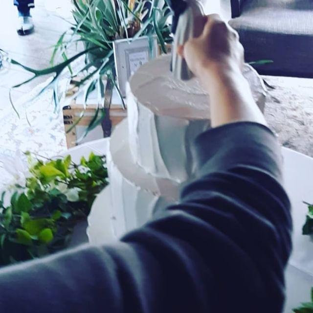 緊張のケーキトッパーを置く瞬間.オリジナルウエディングはお任せください。 #ラブーシュカウエディング#コンセプトウエディング#プレ花嫁#wedding#weddingdress#bride#結婚式#オリジナルウエディング#会場装飾#手作りアイテム#ウェディング#結婚式準備#花嫁#和婚 #ウエディングドレス#ウェディングドレス#軽井沢 #群馬 #日本中のプレ花嫁さんと繋がりたい#日本中の卒花嫁さんと繋がりたい#ゼクシィ#loveshka #loveshka_wedding
