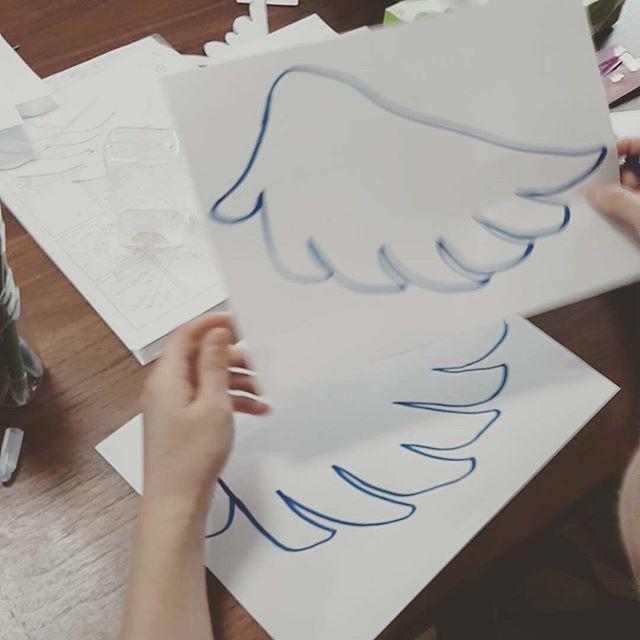 天使の羽のケーキトッパー、作りました!スタイリスト判治ミホのゼクシィアプリ連載企画!https://zexy.net/article/app001910005/ 11月のテーマ:Feather Classic歴史あるホテルやレトロな洋館でのパーティを考える、本格派の花嫁におすすめしたいのが、クラシカルテイストのDIY。キーアイテムに羽根を使うことによって、さらにゴージャスな印象に。中世ヨーロッパのような世界観に誘われて、ふたりもゲストも非日常を楽しめるはず。 オリジナルウエディングはお任せください。 #ラブーシュカウエディング#コンセプトウエディング#プレ花嫁#wedding#weddingdress#bride#結婚式#オリジナルウエディング#会場装飾#手作りアイテム#ウェディング#結婚式準備#花嫁#和婚 #ウエディングドレス#ウェディングドレス#軽井沢 #群馬 #日本中のプレ花嫁さんと繋がりたい#日本中の卒花嫁さんと繋がりたい#ゼクシィ#loveshka #loveshka_wedding