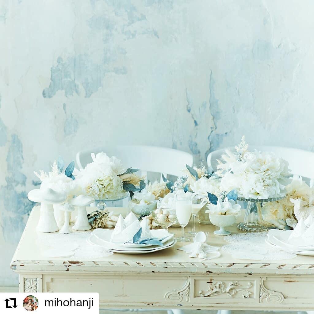 全て造花とドライで作ったテーブルコーデです。#Repost @mihohanji• • • • • •「ブライズホワイト」というタイトルで、白にこだわったコーデにしてみた。お料理のカットも自分で用意したな。#ブライズホワイト#パクパクのメニュー表#白い料理#フォトプロップス#wedding#判治ミホ#スタイリング#スタイリスト#ウエディング#会場装飾
