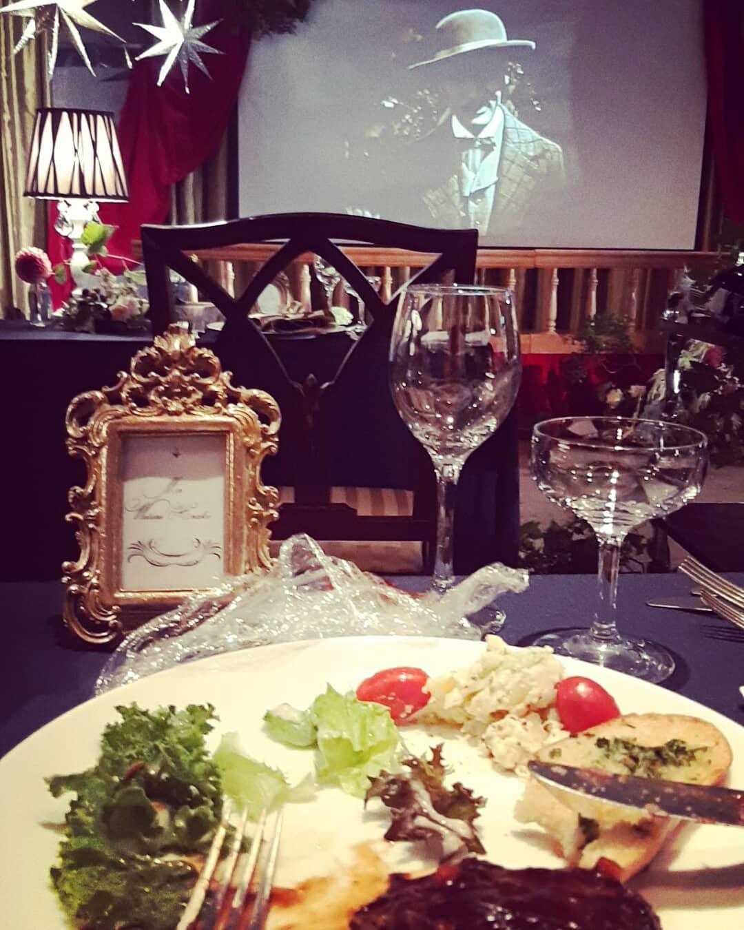 映画を見ながら、披露宴。撮影日のランチはゲスト席でいただきました。オサレなレストランって感じで楽しかったです!このレイアウト、流行らせたい!#劇場型披露宴#クラシック#前向き配置#旧軽井沢ホテル音羽ノ森#wedding#判治ミホ#スタイリング#スタイリスト#ウエディング#会場装飾