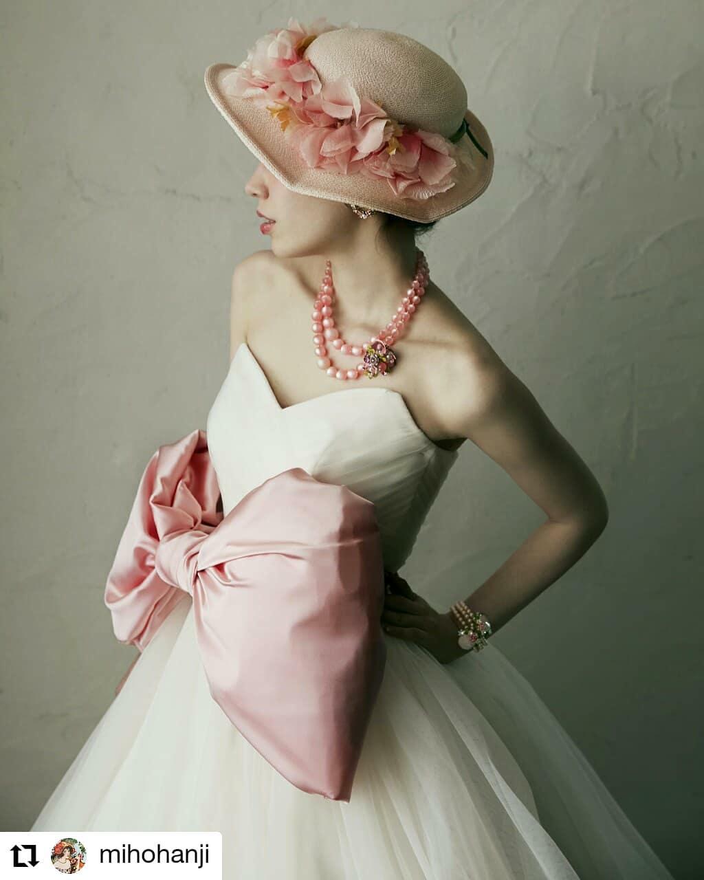 ピンクなスタイリング♬ファイト!#Repost @mihohanji• • • • • •たまには王道もやりましょう、って編集部から言われたので、「ピンク」をテーマにしてみた。なんだかんだ言ってやっぱりピンクはかわいいな。#ピンク#ビンテージハット#ドリアングレイ#ベルカプリ#サテンリボン#ウエストマーク#wedding#判治ミホ#スタイリング#スタイリスト#ウエディング#会場装飾