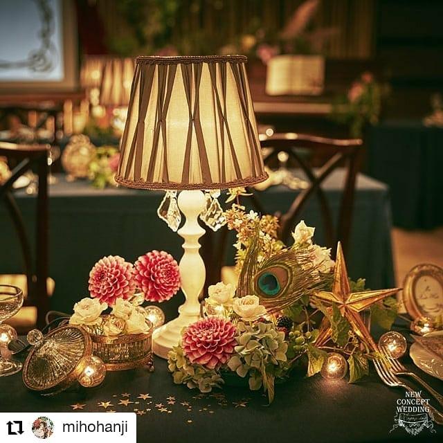 ゲスト卓を流しにして、3人座るところを2人に。装花や照明を間に置いて、ディスタンス!アクリルとか使わなくても、出来るよ!これからのウエディング作ろうよ!#Repost @mihohanji• • • • • •「ディスタンスを取るゲストテーブル」あえて奥行きの浅いテーブルを使って、装花は前でなくゲストの間に配置することで、自然とソーシャルディスタンス。ピンチはチャンスですよね。今、結婚式をするには、いろんな制限や気にしなければいけないことがあって、それを最低限守ってしかたなく決行するのではなくて、逆に今しかできないようなやり方で楽しむっていう選択をしてもらえたら素敵なことだなって思うんです。あとで振り返ってみて、写真を見返したりして、あ~これってそうだよね、あのときそういう状況だったよね、だからこういうことしてるんだね、ふふふ、っていう楽しい気持ちになってほしい。あのときああいう状況だったから、私たち結婚式してないよね、っていうのは悲しいかな、って。ピンチはチャンスです。これからのweddingをつくろう⇒conceptwd.mints.ne.jp/@mihohanji のプロフィールリンクから見てください#これからのweddingをつくろう#コロナ対策を楽しいものに変換#旧軽井沢ホテル音羽ノ森#劇場型披露宴#結婚式#プレ花嫁#wedding#判治ミホ#スタイリング#スタイリスト#ウエディング#会場装飾