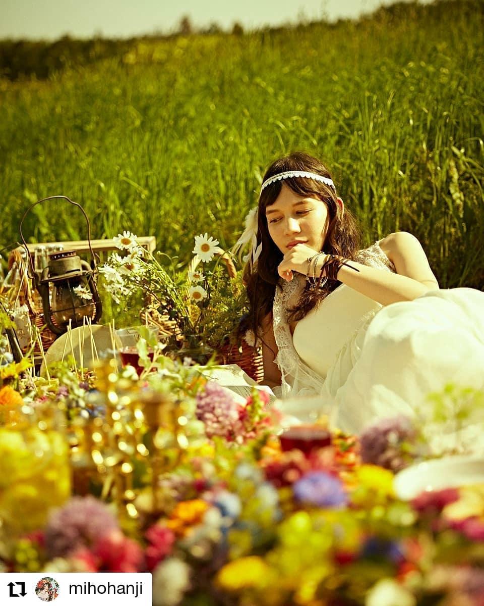 木のパレットを八百屋に借りてテーブルにしてます。#Repost @mihohanji• • • • • •ボヘミアンなパーティ。ケータリングして。お花に埋もれて。気取らないウエディング。#ボヘミアン#boho#ティピー#渋川#榛名山#wedding#判治ミホ#スタイリング#スタイリスト#ウエディング#会場装飾