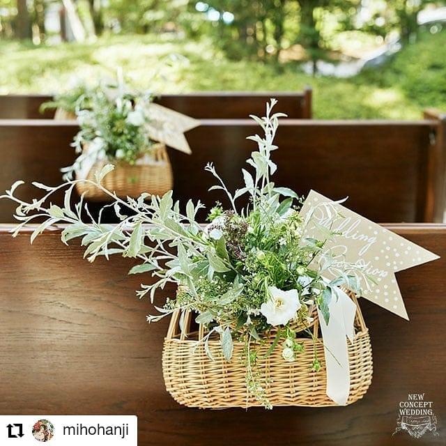 チェアフラワーで可愛くディスタンス!#Repost @mihohanji• • • • • •「ディスタンスにお役立ちチェアフラワー」普通はバージンロードに並べて飾る装花を、ベンチの中央に配置して自然とディスタンスを取れる工夫。ポイントは後ろから見たときも背もたれからお花がのぞくようにすること。すっかり隠れてしまうと、もったいないです。背もたれから顔を出すお花はキュートですよ~これからのweddingをつくろう⇒conceptwd.mints.ne.jp/@mihohanji のプロフィールからリンクしてます#これからのweddingをつくろう#コロナ対策を楽しいものに変換#旧軽井沢ホテル音羽ノ森#チェアフラワー#オープンエアーチャペル#結婚式#プレ花嫁#wedding#判治ミホ#スタイリング#スタイリスト#ウエディング#会場装飾