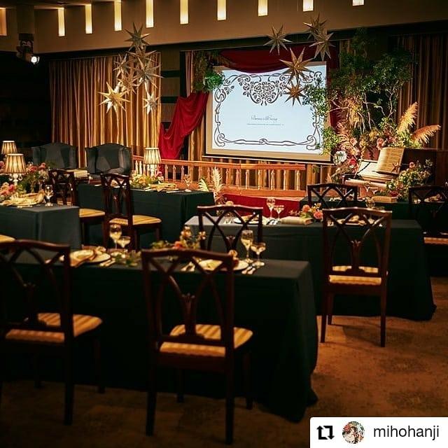 #Repost @mihohanji• • • • • •しっかりディスタンスを取りながらも、不自然でなく楽しくスペシャルなおもてなしができる「劇場型披露宴」のすすめ。こんなにコロナ対策を必要とされる毎日を送っているのに、結婚式場の広告はコロナの前と今ではなにも変わらないなって思う。ゲストと和気あいあいと立食パーティしてる写真を見て、このタイミングで同じようなパーティしようって思う人がいるんだろうか。いや、いちゃだめだろ。今までと同じような日々が戻ってくるのを期待してるのかもしれない。今だけ我慢したらいいと思ってるのかもしれない。でもそれっていつになるかわからないわけだし、とりあえず今この瞬間はまだダメなわけだし、我慢するくらいならもっと他にできることあるよね。今、結婚式をしたいと思ってる人がいるなら、今できる一番楽しいことを選択してほしい。そのための選択肢を用意してあげるのがここ最近のウェディング業従事者の使命じゃないかと考えます。今しかできない素敵な思い出を作ろうこれからのweddingをつくろう⇒conceptwd.mints.ne.jp/@mihohanji のプロフィールからリンクしてます#これからのweddingをつくろう#コロナ対策を楽しいものに変換#旧軽井沢ホテル音羽ノ森#劇場型#結婚式#プレ花嫁#wedding#判治ミホ#スタイリング#スタイリスト#ウエディング#会場装飾