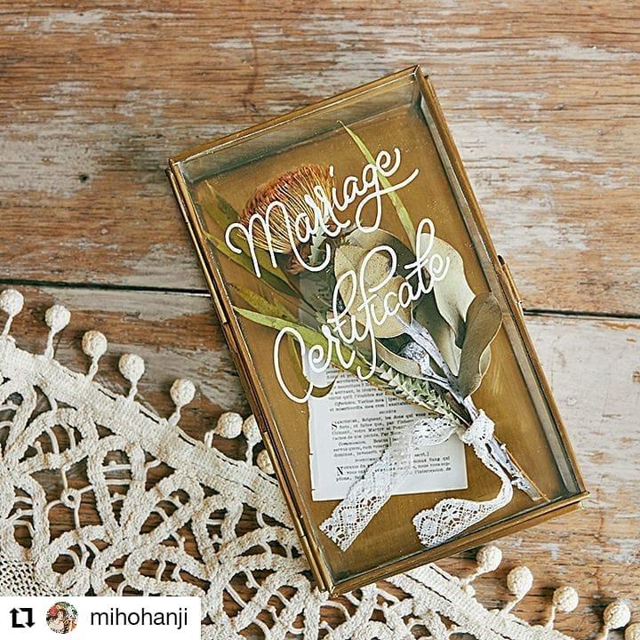 かんたんDIY!#Repost @mihohanji• • • • • •ボックス型の結婚証明書。ふたのガラス部分に白いマジックで署名します。#結婚証明書#ガラスケース#花嫁DIY#wedding#判治ミホ#スタイリング#スタイリスト#ウエディング#会場装飾