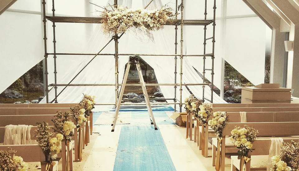 チャペル装飾中.オリジナルウエディングはお任せください。 #ラブーシュカウエディング#コンセプトウエディング#プレ花嫁#wedding#weddingdress#bride#結婚式#オリジナルウエディング#会場装飾#手作りアイテム#ウェディング#結婚式準備#花嫁#和婚 #ウエディングドレス#ウェディングドレス#軽井沢 #群馬 #日本中のプレ花嫁さんと繋がりたい#日本中の卒花嫁さんと繋がりたい#ゼクシィ#loveshka #loveshka_wedding