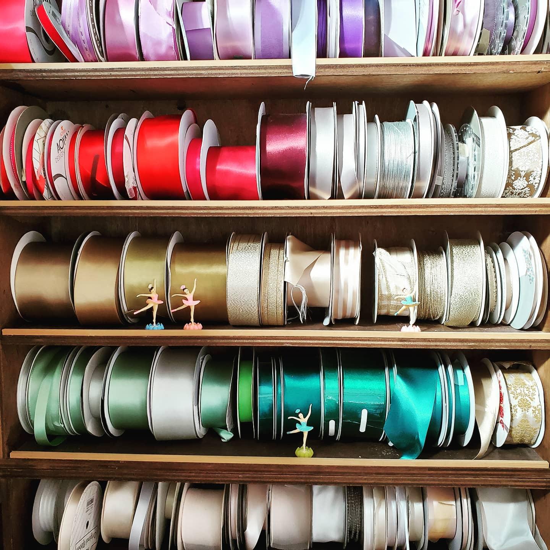 atlier…リボンのストック。色順に並べて収納。探しやすくて便利。#アトリエ#カラフル#スタイリング材#マルチカラーのリボン#収納#wedding