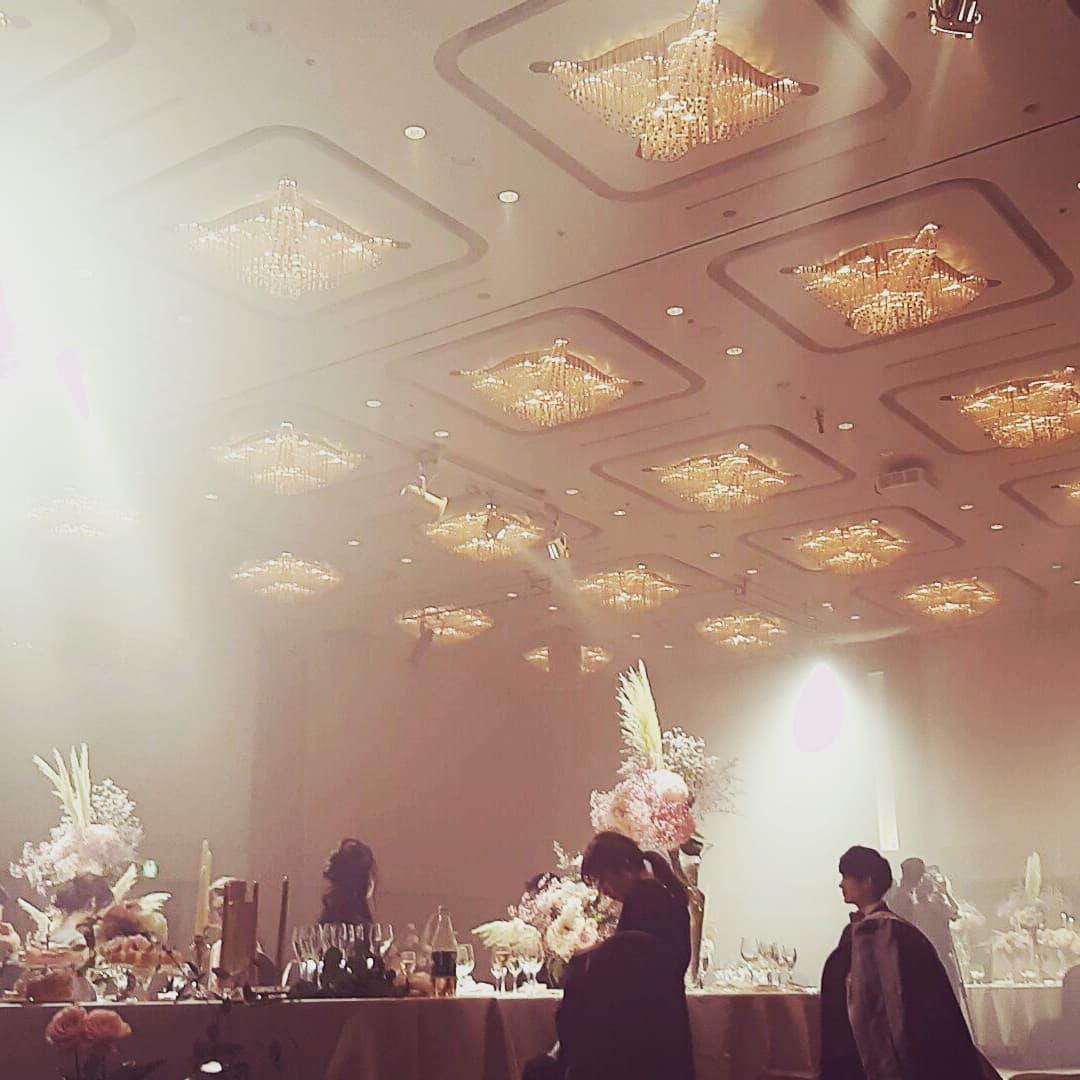 styling...こんな大きなバンケットを撮影することもあります今はこういう大きな宴会場で100人超えのパーティって難しいと思うんですが、逆にこんなときだからこそできる効果的な演出っていうのがあるのではないかと思います。#wedding #広告撮影#スタイリスト判治ミホ#ホテルウェディング#コロナ対策を逆手に#ドラマチックな演出で